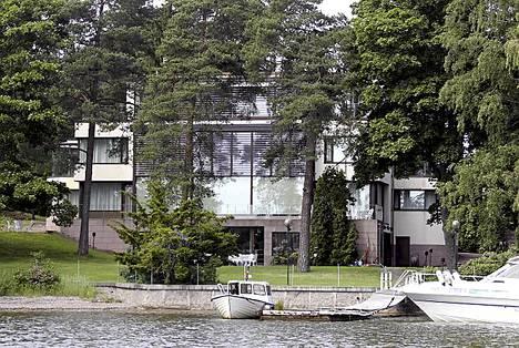 Neuvostoliiton-kaupoilla aikoinaan rikastuneella kauppaneuvos Yrjö Paulowilla on peräti kaksi hulppeaa taloa vain 15 minuutin ajomatkan päässä Helsingin keskustasta. Tässä taloista toinen. Aikoinaan laiturilla oli myös suuri vesitaso, jolla Paulow lenteli kavereiden mökeille.