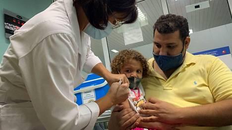 Kuubassa rokotetaan jo pikkulapsia. Kuvassa kolmevuotias Roxana saa koronavirusrokotteensa.