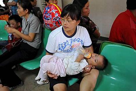 Äiti odotti lääkäriin pienen lapsensa kanssa.
