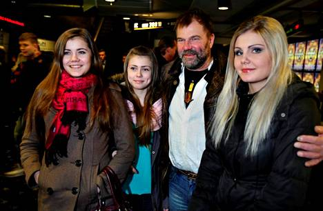 Kai Lehtinen esitteli ensi-illassa tyttärensä Siirin, Lempin ja Reettan.