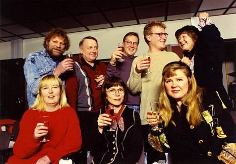 Vuonna 1995 monivuotista Muumi-urakkaa kokoontuivat juhlimaan joukko tuttuja ääniä piirrossarjahahmojen takaa. Leena Uotila (vas. edessä), ohjaaja Jertta Ratia-Kähönen, Aila Svedberg, Matti Ruohola (vas. takana), sarjan äänittäjä Pekka Heinonen, Rabbe Smedlund, Ilkka Merivaara ja Elina Salo.
