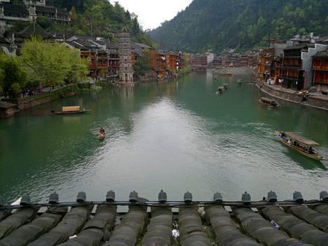 Fenghuangin vanha kaupunki on rakennettu jokilaaksoon.