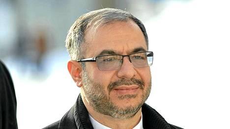 Iranin suurlähettiläs Seyed Rasoul Mousavi ei oman maansa tavoille uskollisena kätellyt Jenni Haukiota.