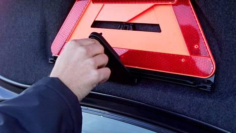 Autossa varoituskolmiolle saattaa löytyä oma paikkansa esimerkiksi takaluukun sisäpuolelta. Moottoripyörissä vastaavia säilytystiloja ei sen sijaan ole tarjolla.