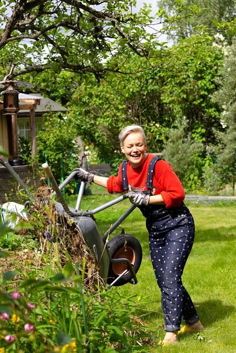 Anna Puulle puutarhanhoito on tapa rentoutua kiireen keskellä.