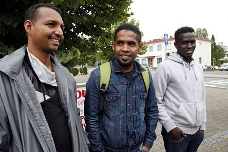 Mohammed Mulchtar (vas.) on ollut Suomessa viikon. Tulevaisuuden näkymät eivät ole vielä selkiintyneet. Seyloni Mohammed (kesk.) ja Ahmed Iise haluavat löytää automaalarin töitä tai siivoushommia.