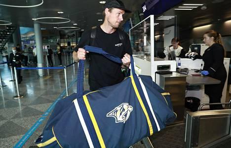 Predators-maalivahti Pekka Rinne lastasi ruumaan meneväksi kookkaan varustekassin.