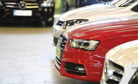 Autoja myynnissä Kamuxin liikkeessä Helsingin Konalassa heinäkuussa 2020.