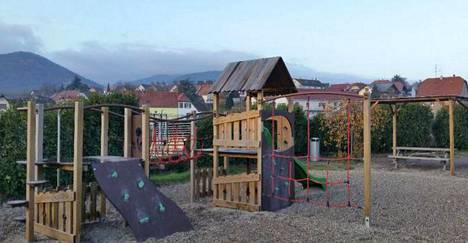 Ranskassa leikkikentälle mennään vaikka uusissa kouluvaatteissa. Suomessa monella lapsella on erilliset leikki- ja kouluvaatteet.