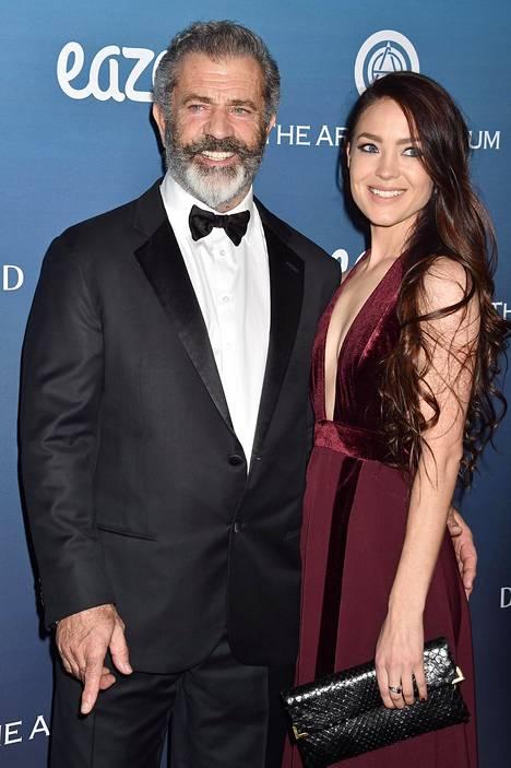 Näyttelijä Mel Gibson ja Rosalind Ross kuvattuna vuonna 2019.