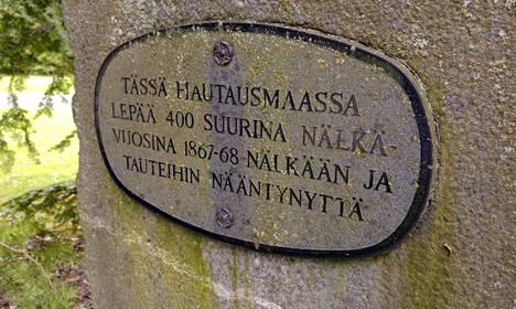 Muistokivi Hämeenlinnan vanhalla hautausmaalla Hämeenlinnassa 2. kesäkuuta 2017. Hautausmaalle on haudattu noin 400 nälkään ja tauteihin kuollutta ihmistä vuosina 1867-1868. Muistokivi paljastettiin vuonna 1958.