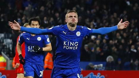 Jamie Vardy juhli tekemäänsä Leicesterin kolmatta maalia.