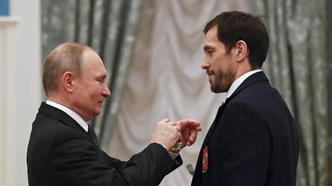 Vladimir Putin muisti hyökkääjätähti Pavel Datsjukia ja tämän joukkuekavereita kunniamerkillä. Datsjuk kiitti puolestaan presidenttiä tämän tuesta.