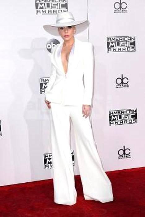 Lady Gaga pukeutui valkoiseen päästä varpaisiin.