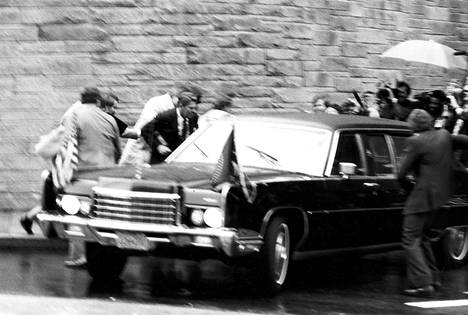 FBI:n julkaisema kuva Reaganin murhayritystilanteesta.