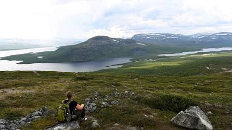 Tunturien takana kohoavat Norjan vuoret.