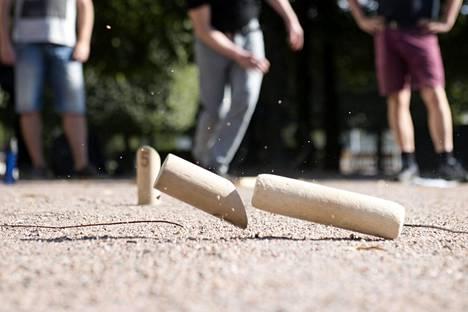 Monissa suosituissa mökkipeleissä kuten mölkyssä ja tikanheitossa pelivälineet kulkevat monen käden kautta.