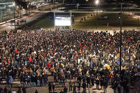 Kansalaistorin kisakatsomoon kerääntyi runsaasti väkeä.