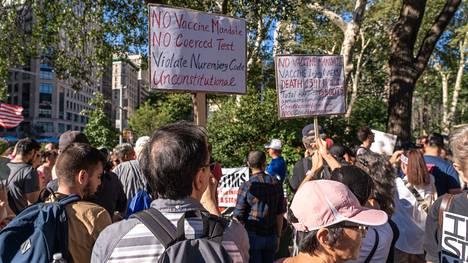 Koronarokotuksia vastustavat mielenosoittajat kokoontuivat New Yorkin Madison Square Gardenin eteen syyskuun alussa.