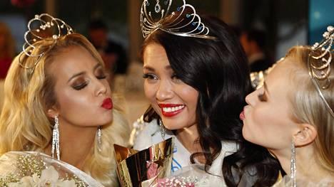Hallitseva Miss Suomi Shirly Karvinen (kesk.) sai kruununsa viime vuonna 13. toukokuuta. Perintöprinsessoiksi valittiin Emilia Seppänen (vas.) ja Heta Sallinen.