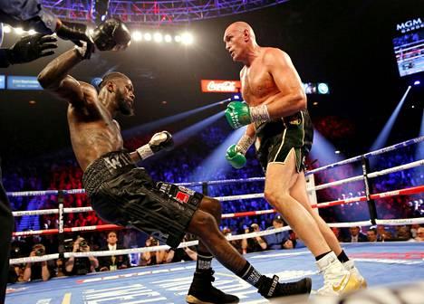 Tyson Fury (oik.) antoi Wilderille selkäsaunan viime helmikuussa. Kaksikon ensimmäinen ottelu päättyi ratkaisemattomaan.