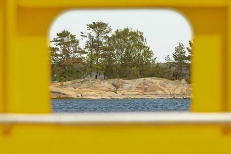 Keltaiset lautat ja lossit yhdistävät saaret mantereeseen.