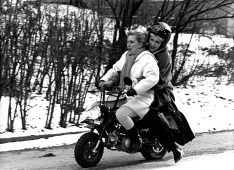 1993: Eija Vilpas ja Hannele Lauri vauhdissa MTV3:n Hynttyyt yhteen -tv-sarjassa.