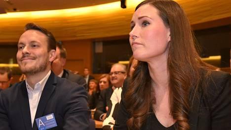 Sanna Marin kuvattiin Sdp:n puoluevaltuuston kokouksessa yhdessä puolisonsa Markus Räikkösen kanssa sunnuntaina.