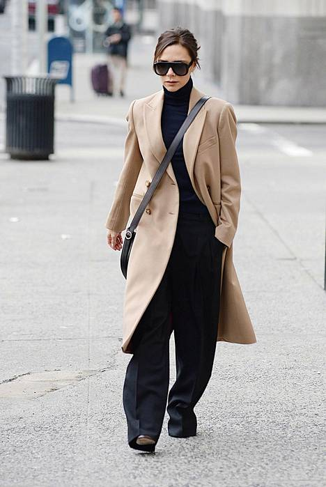 Mustat suorat, kauttaaltaan leveät housut toimivat sekä arjessa että juhlassa.