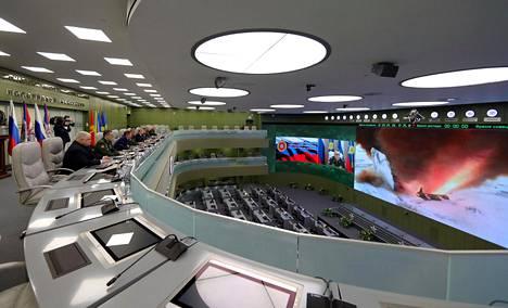 Putin valvomassa ohjustestiä Moskovassa keskiviikkona Kremlin välittämässä valokuvassa.