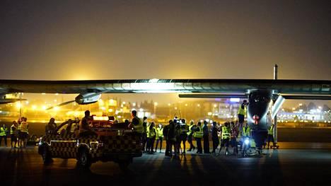 Solar Impulse kuvattiin Kairon lentokentällä ennen lähtöä.