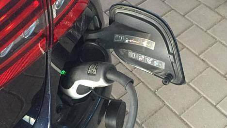 Vertailun autoista Mersun C-sarjan töpselidiesel oli vastaavaa bensamallia mukavampi ajettava. Aivan halvaksi ajaminen ei silti pienillä vuosittaisilla kilometrimäärillä latausdieselilläkään tullut.