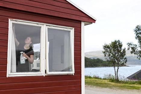 Tiina Liski pääsi vuosi sitten kesätöihin Olderfjorin kylän hotelliin ja leirintäalueelle.