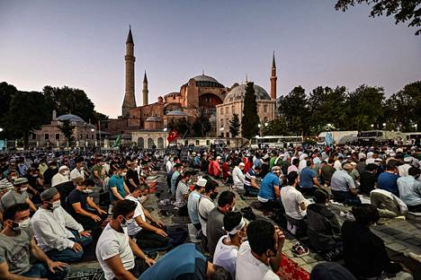 Ihmisiä rukoilemassa Hagia Sofian ulkopuolella viime perjantaina.