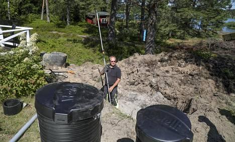 Kaivojen tulee olla suorassa. Apuna Grönbergillä oli vatupassi sekä kuvassa näkyvä tasolaser, jolla mitataan korkeudet kuntoon.