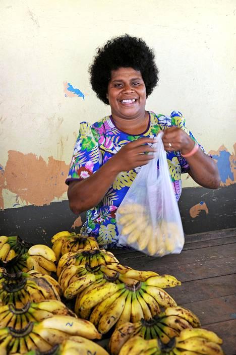 Fidžiläiset eivät ole turhaan kuuluja ystävällisyydestään. Torillakin saa kaupanpäällisiksi suuren hymyn.