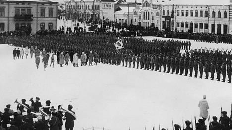 Jääkäripataljoonan noustua maihin 25.2.1918 Vaasan Vaskiluodossa, Vaasan torilla pidettiin paraati.