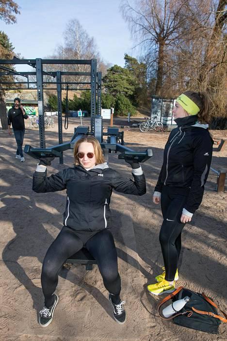 22-vuotiaat Mari ja Anitra olivat erimielisiä Etelä-Suomen avin sulkumääräyksistä.