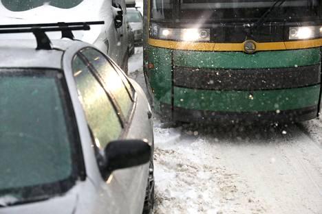 Autot saattavat olla ajoittain hyvin lähellä raitiovaunukiskoja. Kuvan auto esti Jarmo Nybergin kuljettaman raitiovaunun matkan.