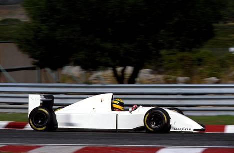 Ayrton Senna Lamborghinin siivittämän McLarenin ohjaimissa 1993.