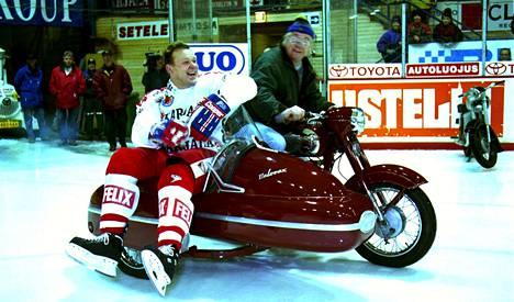Jääkiekkoilija Arto Javanainen tuotiin kentälle 1997 Jawalla.