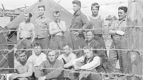 Venäläisiä yliloikkareita Ontrosenvaaran vankileirillä vuonna 1943.