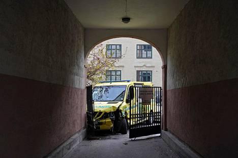 Varastetun ambulanssin matka päättyi törmäykseen.