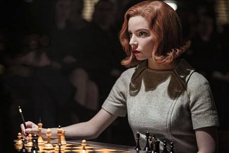 Musta kuningar kertoo poikkeuksellisen shakkilahjakkuuden, orpotyttö Beth Harmonin elämästä lapsinerosta nuoreksi shakkimestariksi. Pääosasassa nähdään Anya Taylor-Joy.