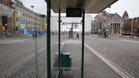 Joukkoliikenne kulkee Helsingin seudulla, mutta osin harvennetuin aikatauluin.