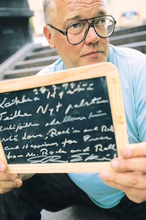 Nimikirjoitusten kerääjä Eki-setä eli Erkki Rapo heinäkuussa 1998.