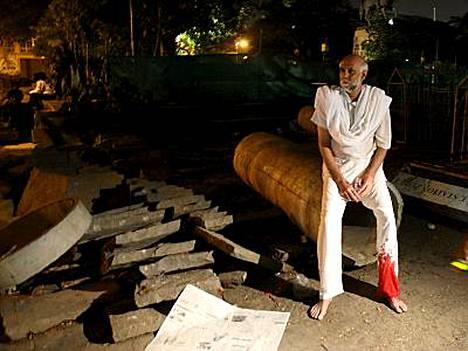 Hyökkäyksestä selvinnyt mies odotti evakuointia Taj Mahal -hotellin ulkopuolella yöllä.