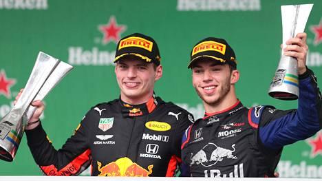 Voittoon ajanut Max Verstappen (vas.) sai palkintopallilla vierelleen kisan yllätyskakkosen Pierre Gaslyn.