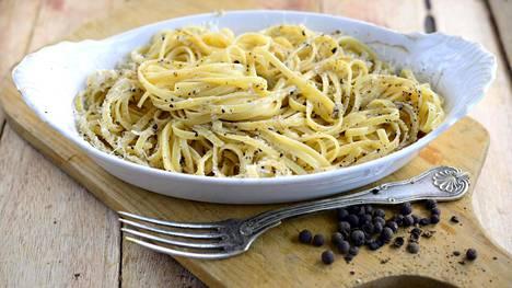 Cacio e pepe pasta on nerokkaan yksinkertainen. Cacio tarkoittaa juustoa ja pepe on pippuri.