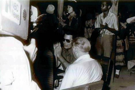 Jim Jones toimittajien vierailun aikana Jonestownissa.